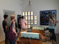 ambasadori amerikan z. donald lu dhe Drejtoresha e Muzeut, znj. Etleva Demollari gjate vizites se tij ne muzeun gjethi duke pare stendat