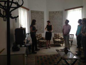 ambasadori amerikan z. donald lu dhe Drejtoresha e Muzeut, znj. Etleva Demollari gjate vizites se tij ne muzeun gjethi ne dhomen e pritjes