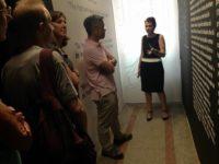 ambasadori amerikan z. donald lu dhe Drejtoresha e Muzeut, znj. Etleva Demollari gjate vizites se tij ne muzeun gjethi