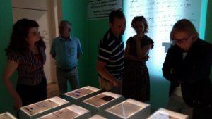 ambasadorja gjermane znj. Susanne Schütz dhe Drejtoresha e Muzeut, znj. Etleva Demollari gjate vizites ne muzeun gjethi
