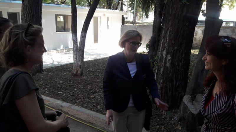 ambasadorja gjermane znj. Susanne Schütz dhe Drejtoresha e Muzeut, znj. Etleva Demollari ne oborrin e muzeut