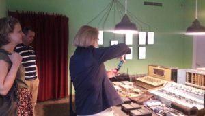 ambasadorja gjermane duke kapur foto stendat e muzeut