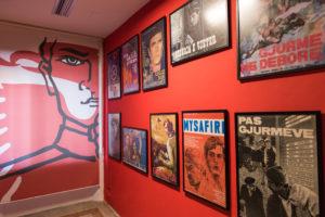 sektori 6 postera te filmave ne muret e brendshme te muzeut gjethi