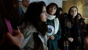 foto e nxenesve gjate vizites ne muze