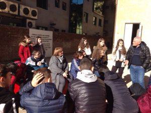 foto e nxenesve te shkolles jeronim de rada gjate vizites ne muze duke degjuar ciceronin e muzeut