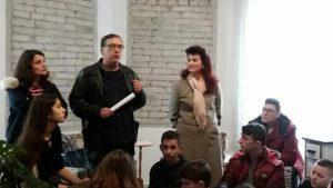 foto e Fabian Kati dhe drejtoreshes se muzeut gjate vizites te shkolles sabahudin gabrani
