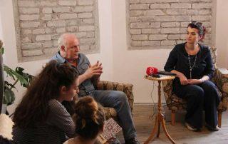 """Arben Theodhosi, ish i dënuar politik dhe drejtoresha e muzeut gjate programit edukativ """"Kujtojmë për të mos harruar"""""""