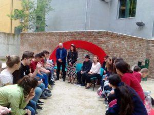 foto me nxenesit e shkolles 28 nentori dhe drejtoresha e muzeut dhe Uran Kostreci